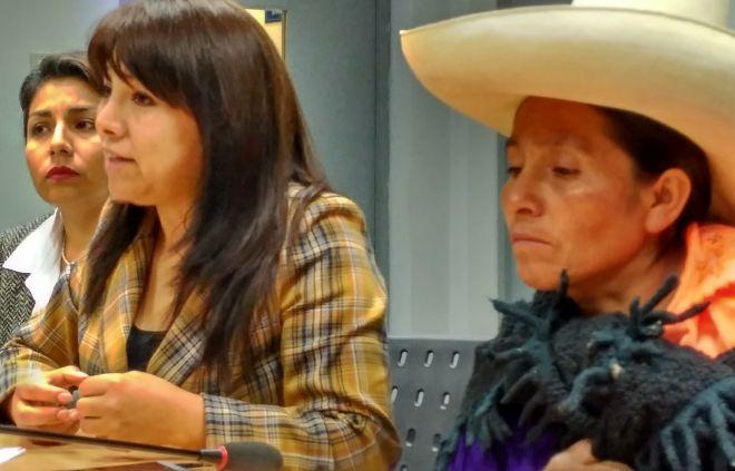 La abogada Mirtha Vásquez junto a la premio Goldman 2016, Máxima Acuña.