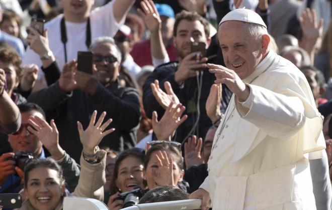 El Papa Francisco saluda a los feligreses en la plaza de San Pedro en...