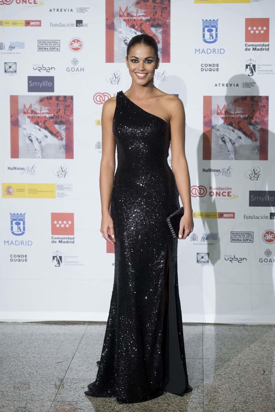 La presentadora, con vestido negro de lentejuelas de Pronovias y...