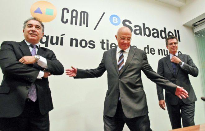 Josep Oliu, en el centro, en la presentación del consejo del banco CAM Sabadell en Alicante.