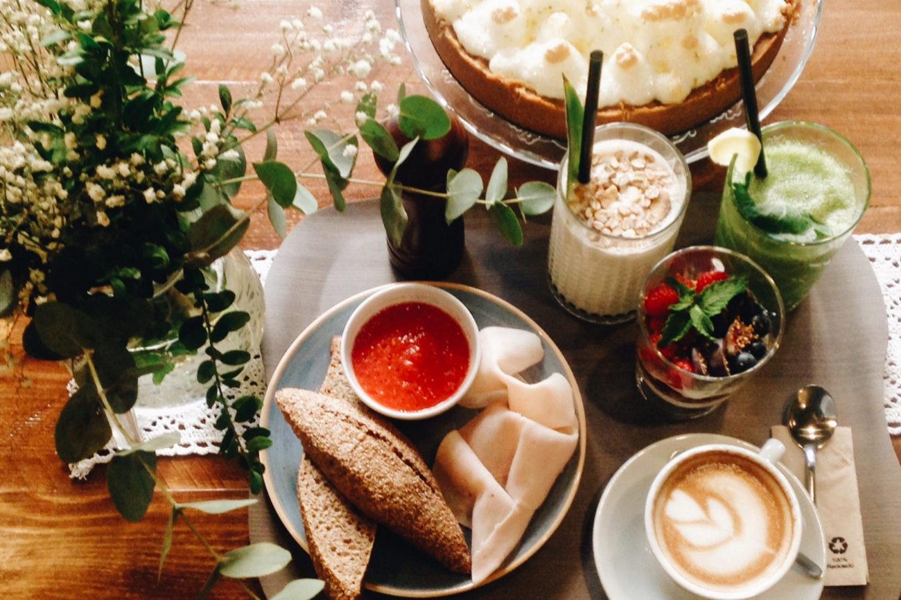 Con café arábica 100% natural o té blend especial, zumo natural y...