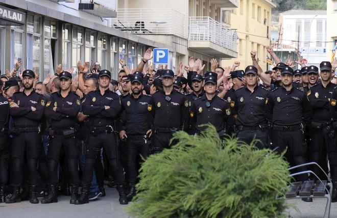 Policías nacionales delante del hotel de Pineda del Mar en el que...