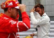 Lewis Hamilton, detrás de Vettel (izda), tras conquistar la 'pole' en Suzuka,