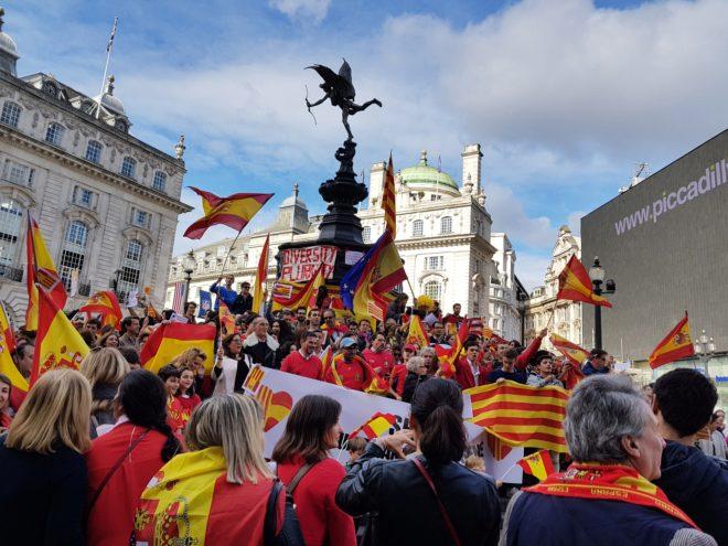 Concentración en torno a la fuente de Picadilly Circus, con banderas...