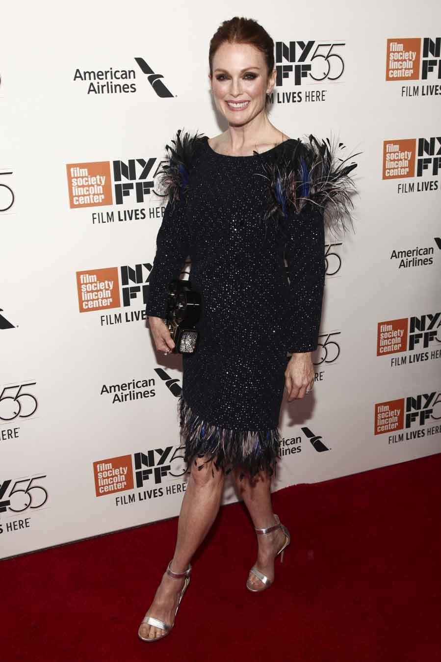 La actriz eligió este modelo de tweed con plumas en el bajo y en...