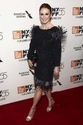 La actriz eligió este modelo de 'tweed' con plumas en el bajo y en...
