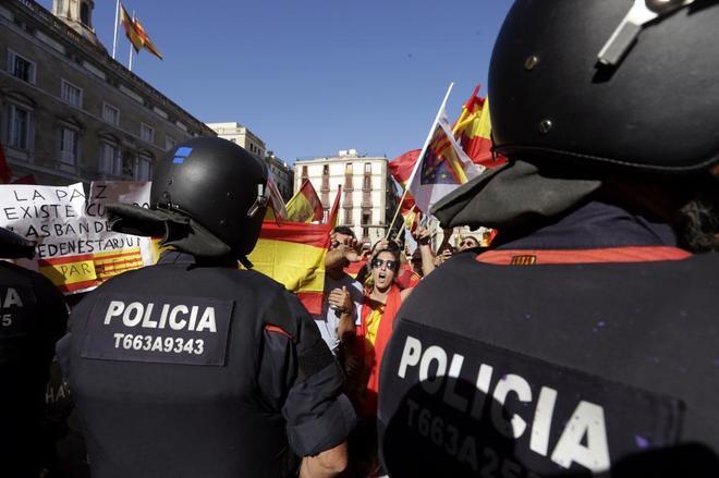 Un grupo de personas increpa a los Mossos d'Esquadra en la plaza de...