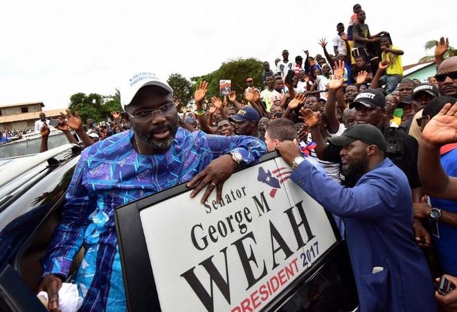 George Weah junto a algunos de sus apoyos durante su campaña.