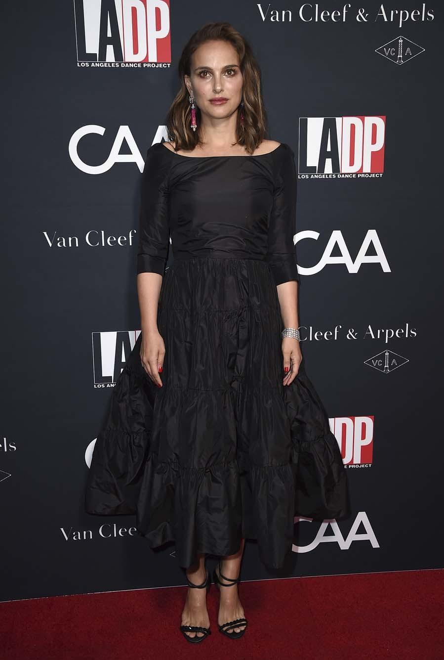 La actriz apostó por un vestido midi de Dior, con falda de vuelo...