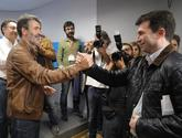 Gonzalo Caballero (a la derecha), recibe la felicitación de su rival,...