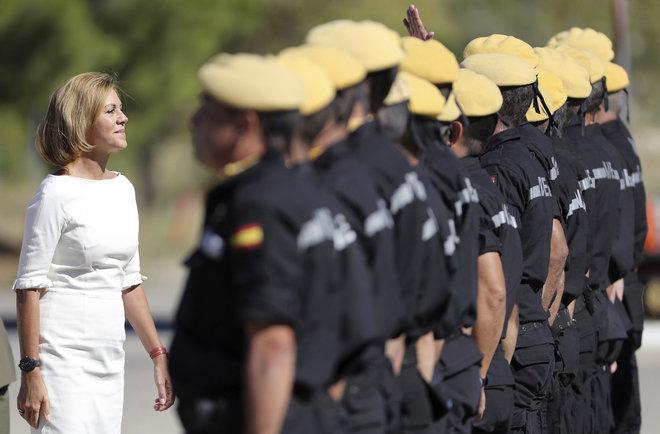 María Dolores de Cospedal pasa revista a las tropas el pasado...
