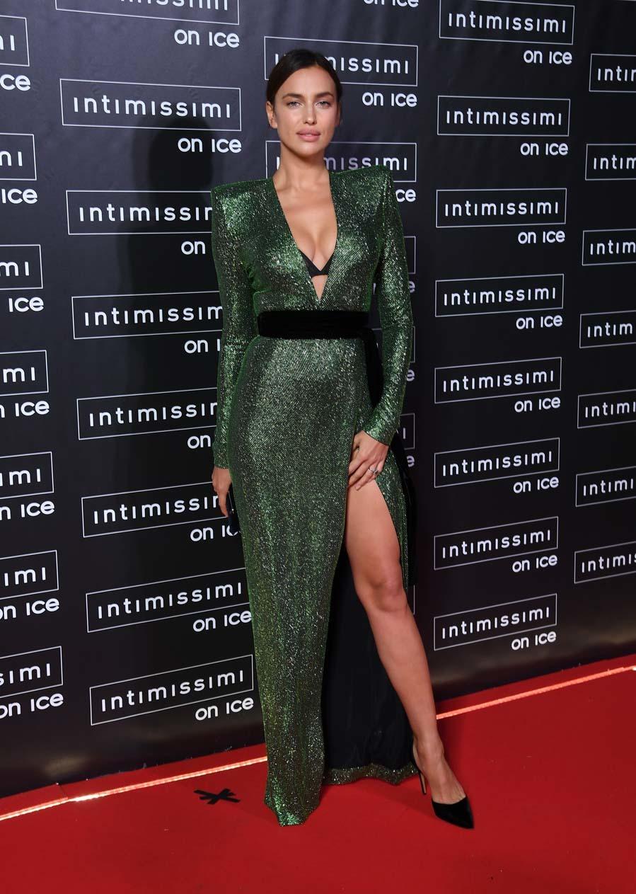 La top, imagen de la marca,  posó, espectacular, con un vestido...