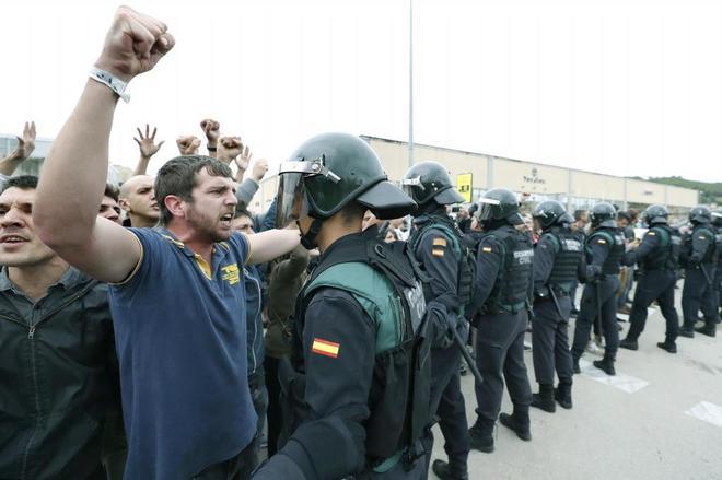 Agentes de la Guardia Civil impiden el paso a personas que querían...