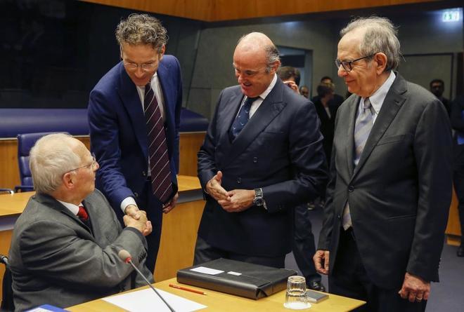 El ministro de Finanzas alemán, Wolfgang Schäuble, el presidente del Eurogrupo, Jeroen Dijsselbloem, el ministro español de Economía, Luis de Guindos, y el ministro de Economía italiano, Pier Carlo Padoan, al inicio de la reunión de ministros de Economía de la eurozona.