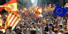 Manifestantes con las banderas de España, 'senyeras' y europeas en la...