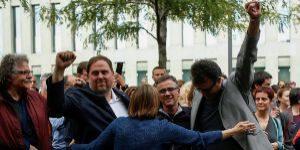 Josep Maria Jové, en el centro, es felicitado por Oriol Junqueras,...