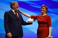 Angus Robertson, el número dos del SNP, junto a Nicola Sturgeon, hoy, en Glasgow.