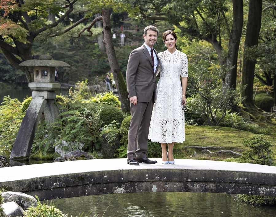 En su paseo por los jardines de Kenrokuen Mary de Dinamarca ha lucido...