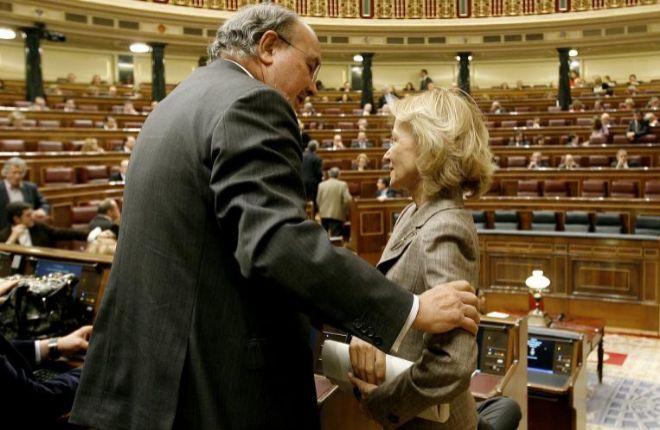 La ex ministra socialista, Elena Salgado, saluda a su antecesor, Pedro Solbes, en el Congreso en 2009.