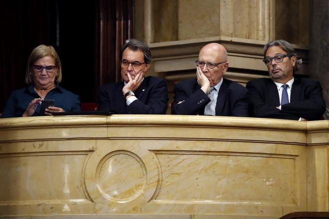 El ex 'president' Artur Mas escucha la intervención de Puigdemont en...