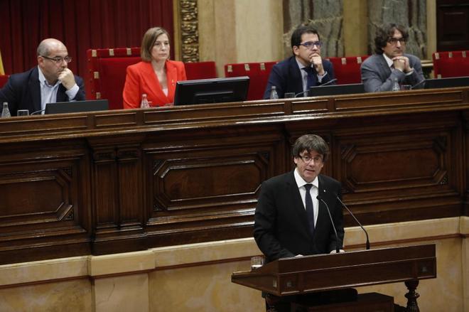 El 'president' Puigdemont durante su intervención en el Parlament