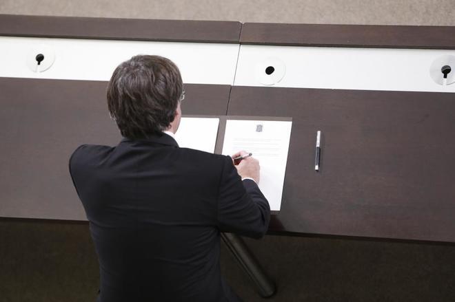"""Carles Puigdemont firma el documento que proclama """"la república..."""