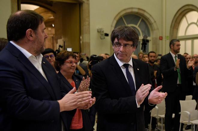 Oriol Junqueras y Carles Puigdemont aplauden tras la firma del...