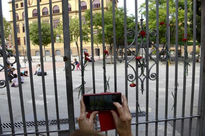 Pequeña ofrenda de claveles en la puerta del colegio Ramon Llull
