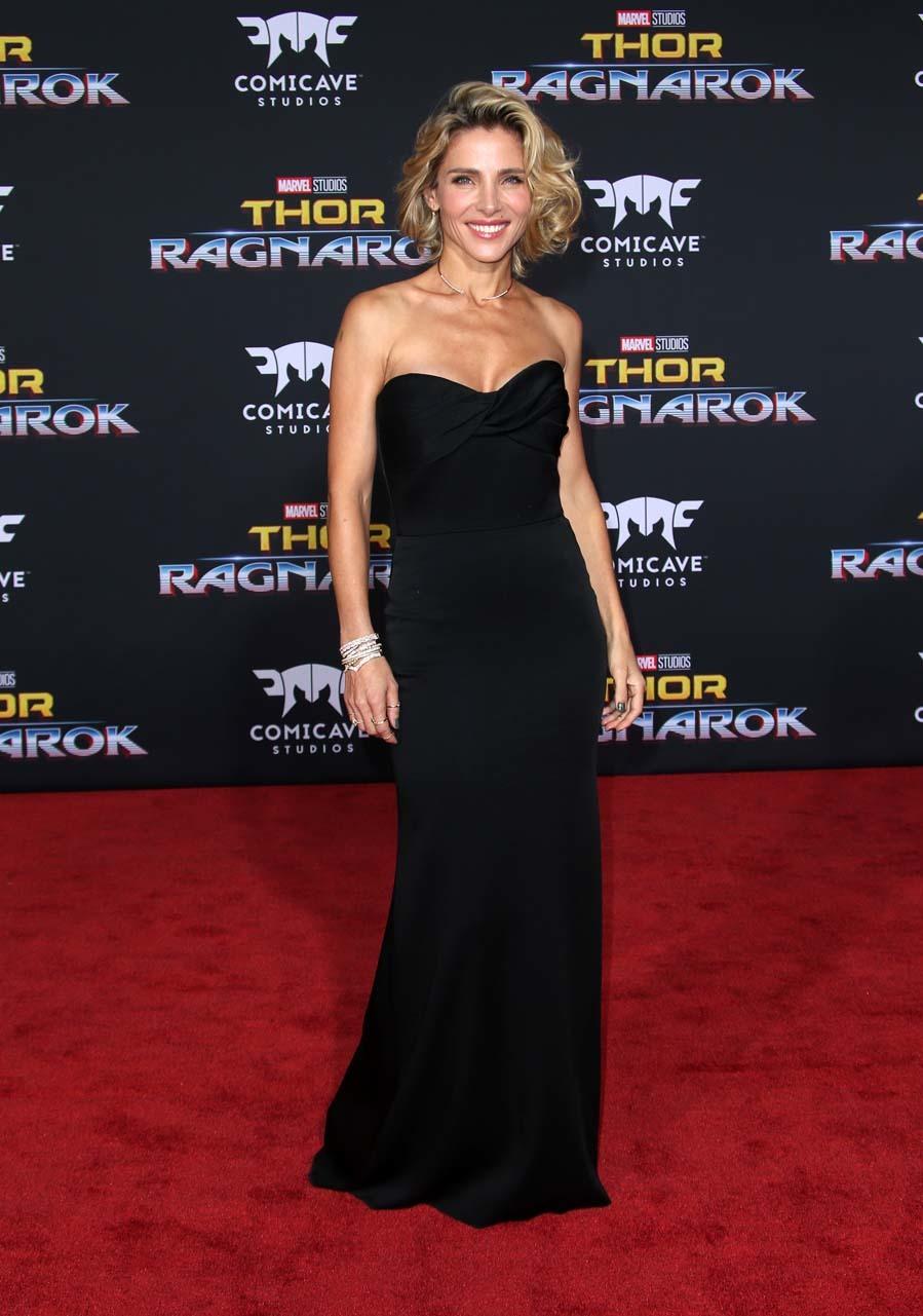 La actriz apostó por el menos es más con un vestido negro escote...