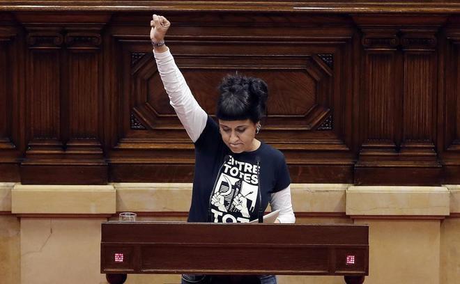 La diputada de la CUP, Anna Gabriel comparece en el Parlament tras la intervención del president Carles Puigdemont en la que dejó en suspenso la independencia.