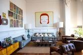 En la sala de estar: obra de Yoshitomo Nara; lámparas 'vintage' y...