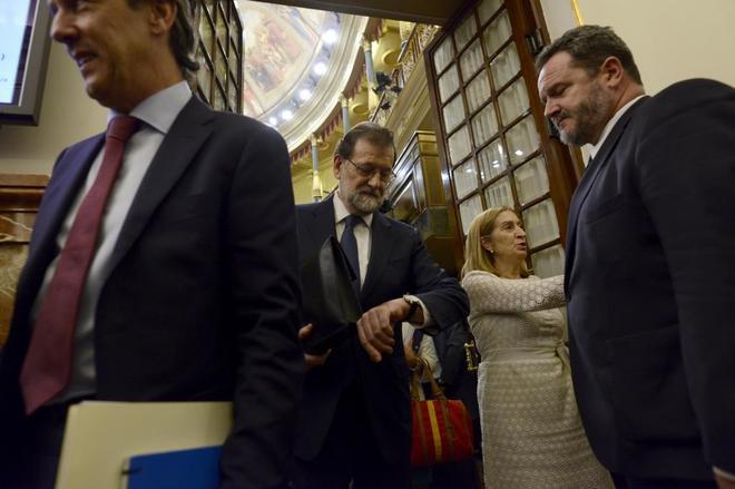 Mariano Rajoy mira su reloj este miércoles en el Congreso.