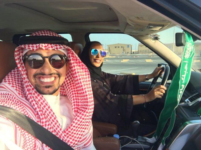 El primer selfie con una mujer al volante desata la polémica en Arabia Saudí