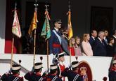 Los Reyes de España y sus hijas, en un momento del desfile militar.