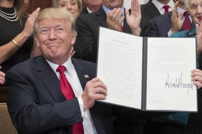 Trump da los primeros pasos para acabar con la ley Obamacare