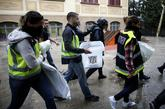 Agentes de la Policía Nacional se llevan urnas de un colegio de...