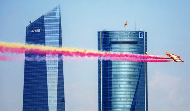 El grupo de vuelo acrobático Patrulla Águila pasa por delante de dos...