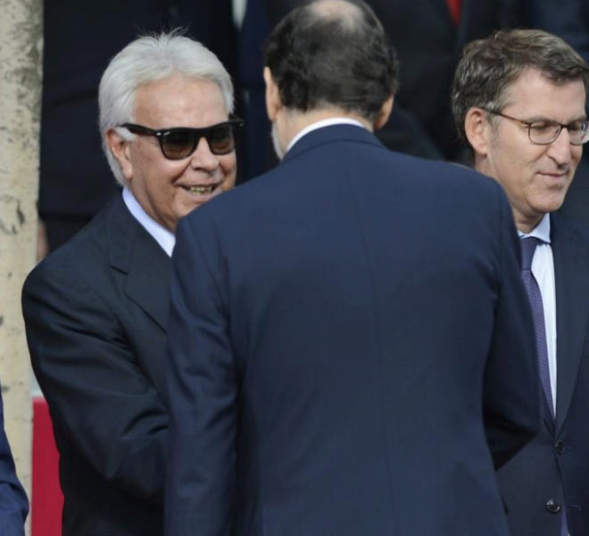 Felipe González saluda a Mariano Rajoy, en presencia de Alberto...