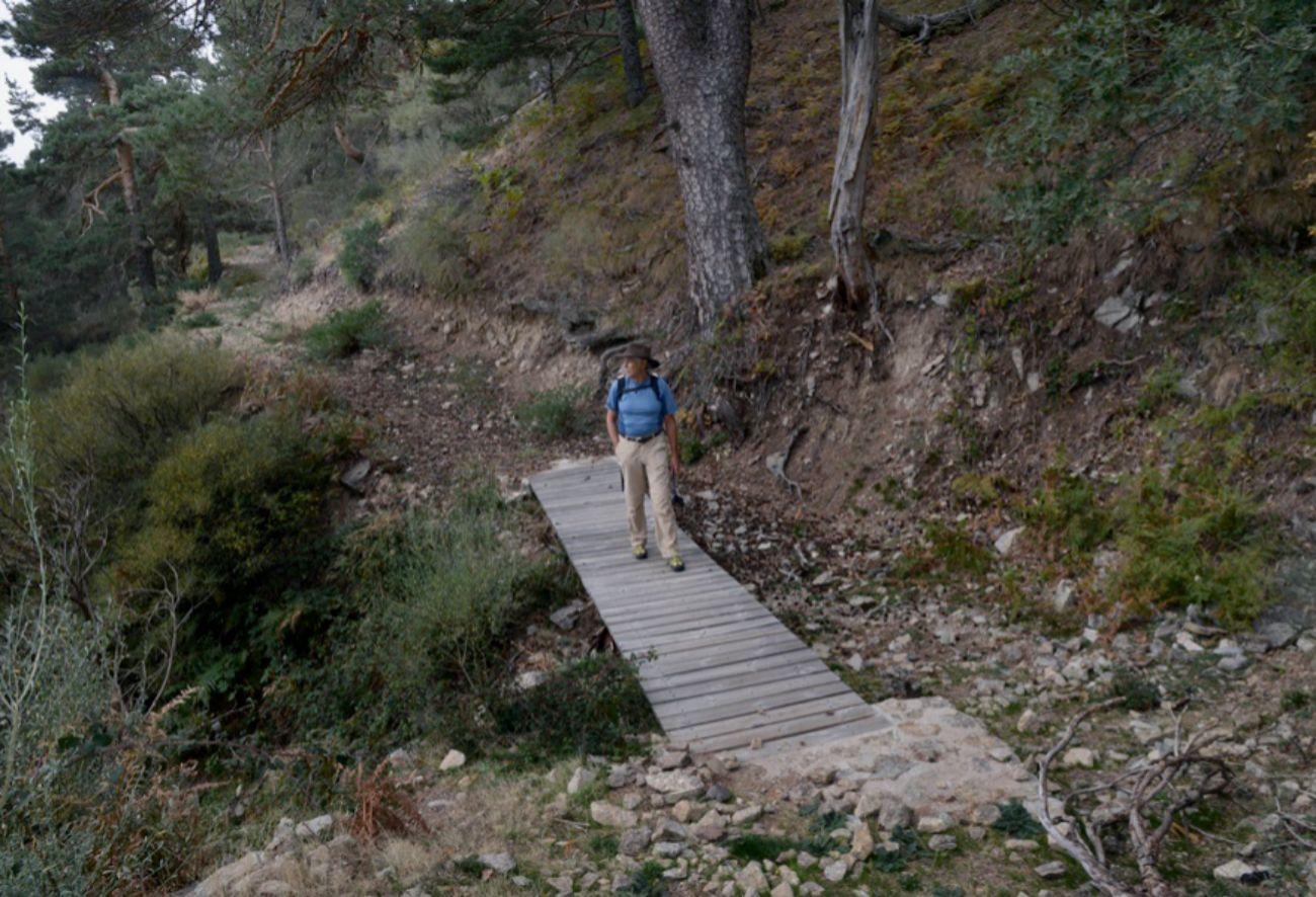 En el puente de madera que cruza el arroyo Pinolobero cerca de sus...
