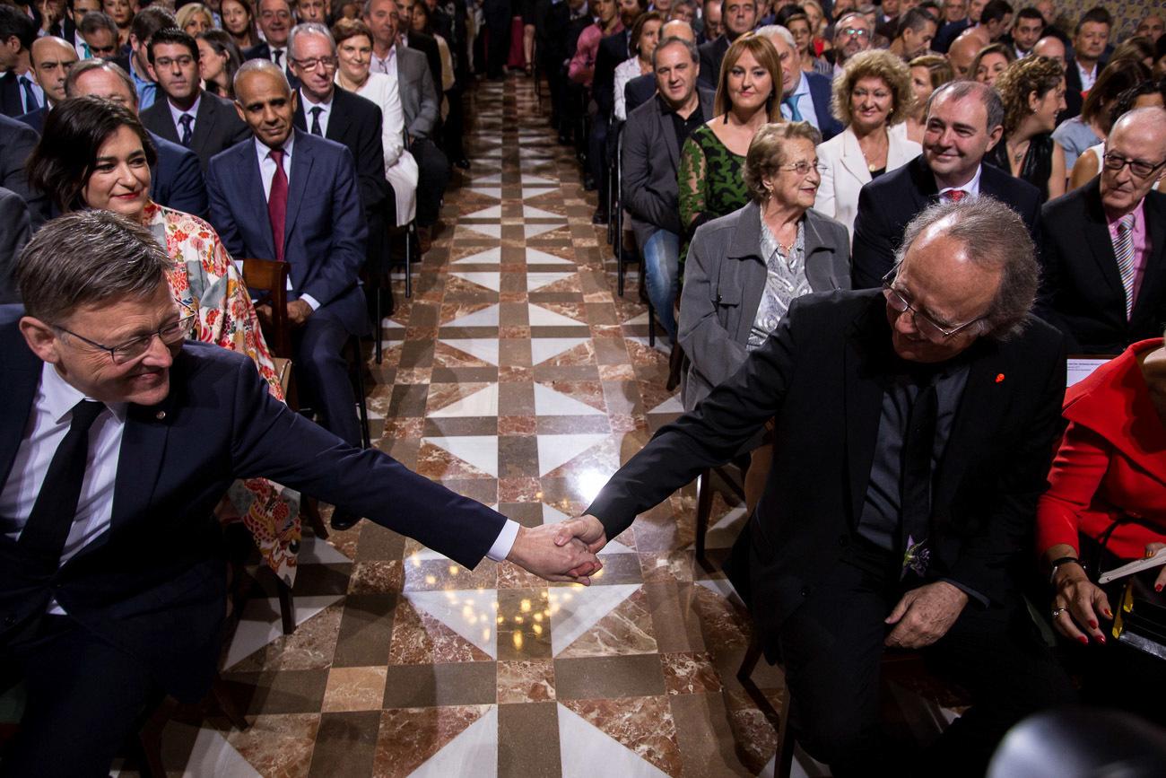 El president de la Generalitat, Ximo Puig, saluda al cantautor, Joan...