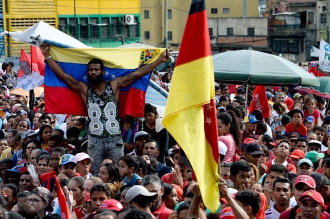 Un grupo de personas muestra su apoyo al candidato chavista Hector Rodriguezen Caracas.