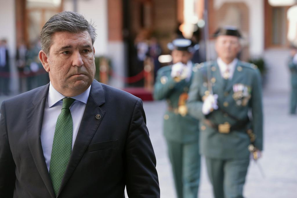 El director general de la Guardia Civil, José Manuel Holgado, pasa...
