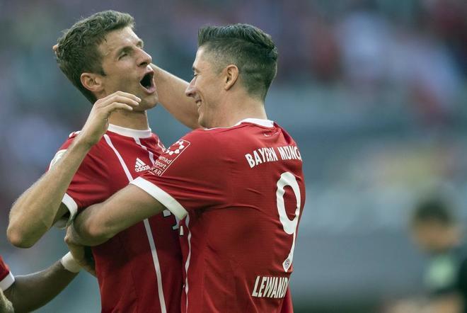 Thomas Mueller y Robert Lewandowski celebran un gol ante Freiburg
