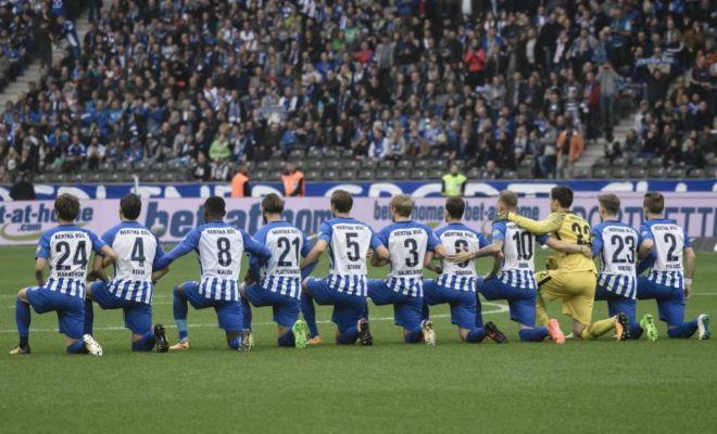 Los futbolistas del Hertha, arrodillados antes del partido contra el Schalke 04
