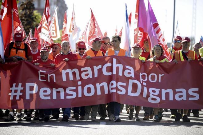"""Pensionistas se manifiestan por unas prestaciones """"dignas"""" en Valladolid."""