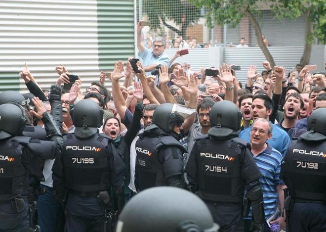 Agentes de la Policía Nacional forman un cordón policial en el...