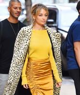 Nicole Richie combina su abrigo peluche con un jersey amarillo.