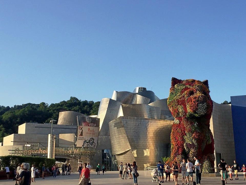 Entrada al museo Guggenheim Bilbao.