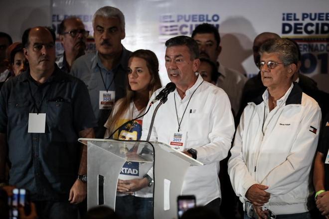 El jefe de campaña de la MUD, Gerardo Blyde flanqueado por los opositores Lilian Tintori, Julio Borges y Henry Ramos Allup