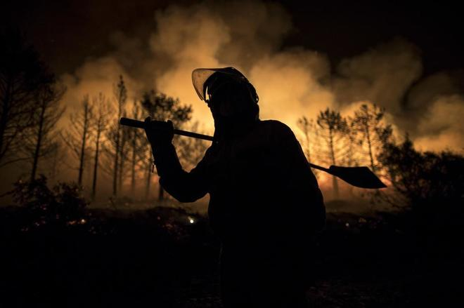 brigadistas intentan sofocar un incendio en A Gudiña.